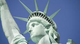 """Socha Svobody, anglicky Statue of Liberty, plným názvem Liberty Enlightening the World (z francouzského La Liberté éclairant le monde čili """"Svoboda přinášející světlo světu"""") je socha stojící na Ostrově svobody u New Yorku v USA."""