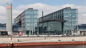 Berliner Hauptbahnhof, pohled na nádraží s příčnými mostovými budovami
