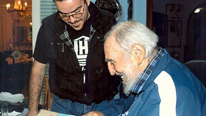 Fidel Carsto zachycen v rozhovoru s univerzitním studentem