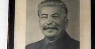 Josif Vissarionovič Stalin, byl Generální tajemník Komunistické strany Sovětského svazu v letech 1922–1952. Jde o jednoho z nejkrutějších diktátorů v historii lidstva.