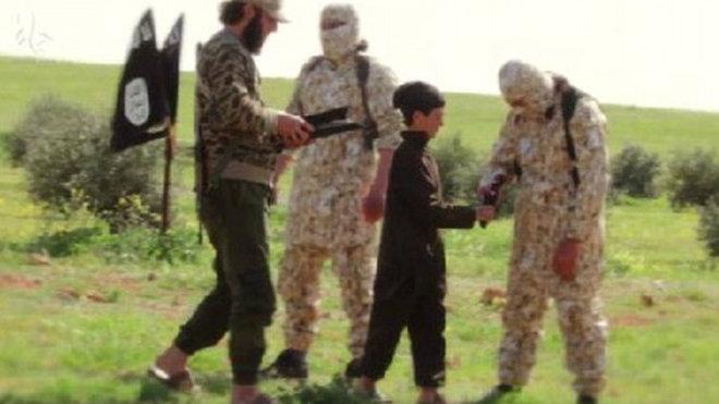 Lvíčata chalífátu někdy na propagandistických videích popravovala rukojmí