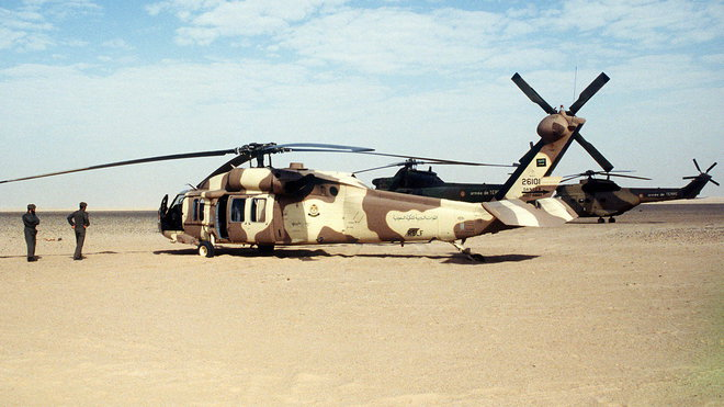 """Vrtulník UH-60 Blackhawk Saudi Arabian Army během operace """"Pouštní štít"""" (Operation Desert Shield)"""