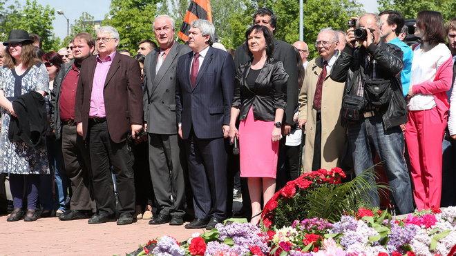 Památník rudoarmějců v Praze na Olšanských hřbitovech. Připomnělo si zde konec války zhruba 300 stoupenců komunistů.