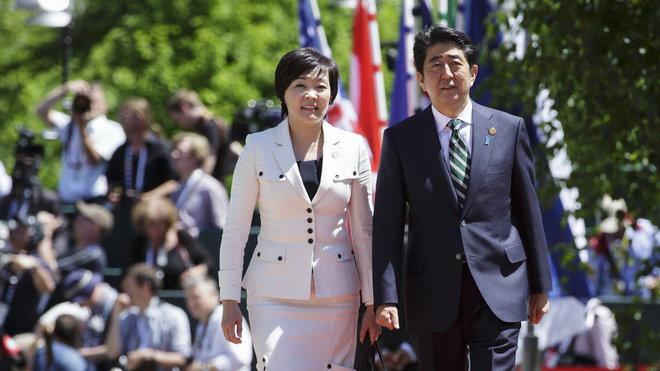 Summit G7 v Německu,  japonský premiér Šinzó Abe se svou ženou Akie