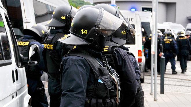 Policie ČR při zásahu na manifestaci na podporu uprchlíků, která se uskutečnila 26. června na Moravském náměstí v Brně. Kam ve stejný den svolali protest i radikálové z Dělnické mládeže. (26. června 2015)