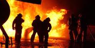 Požár ilegální ropné šachty v Indonésii si vyžádal už 21 lidí, desítky lidí jsou v kritickém stavu - anotační obrázek