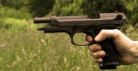 Policie při domovní prohlídce v Broumově objevila náboje, zbraně i granáty - anotační obrázek