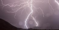 POČASÍ: Prudké intenzivní BOUŘKY se valí na západ a severozápad Čech, varují meteorologové - anotační foto
