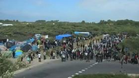 V Calais to vře: Řidič kamionu skončil po útoku migrantů s rozbitou hlavou v kaluži krve - anotační foto