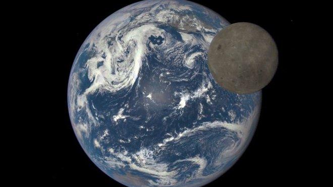 NASA ukázala unikátní záběry odvrácené strany Měsíce se Zemí