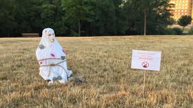 Protiislámské spolky instalovaly v Praze sochy ukamenovaných žen (12.8.2015, park Lužiny)