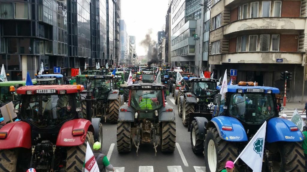 Zemědělci se v Bruselu několikrát s traktory pokoušeli prorazit policejní zátarasy. (Foto: Marian Jurečka)