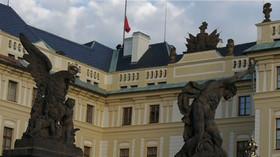 Performeři ze skupiny Ztohoven vyvěsili na Pražském hradě obří červené trenky