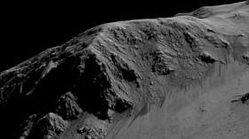 Stopy po vodě? Snímky stružek širokých jeden až deset metrů z povrchu planety Mars v počítačovém modelu.