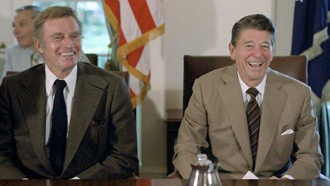 Ronald Reagan (sedí v pravo) v roli amerického prezidenta
