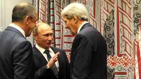 Vladimir Putin dokonce úsměvně jedná s Kerrym