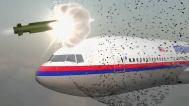 Sestřelený Boeing letu MH17 nad Ukrajinou: Střela raketového systémmu BUK zasáhně kabinu letadla. Tisíce šrapnelů ji proděraví naskrz.
