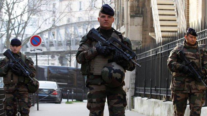 Francouzská armáda hlídkuje po teroristických útocích v listopadu 2015.
