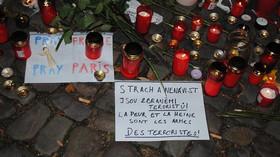 Další z nápisů před francouzskou ambasádou