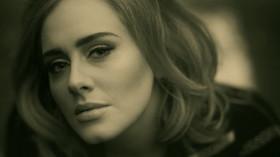 Adele ve videoklipu Hello.