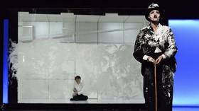 Koki Nishioka (Chaplin) a Amelia Waller (Tulák) v baletu Chaplin.