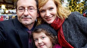 Ondřej Vetchý, Ema Švábenská a Aňa Geislerová ve filmu Pohádky pro Emu