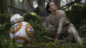 Daisy Ridley (Rey) a BB-8