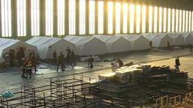 Provizorní přístřešky pro běžence v areálu bývalého letiště Tempelhof
