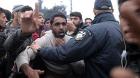 Do Atén dorazilo na 500 migrantů, lidé v Idomeni ztrácejí naději