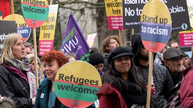 Tisíce lidí demonstrovaly v Evropě na podporu migrantů