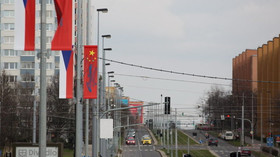 V noci někdo poškodil desítky čínských vlajek v pražských ulicích