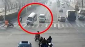 Levitující auta na čínské křižovatce
