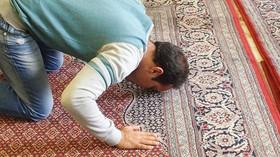 Muslimové ve Francii se bouří, modlí se v ulicích Francie a napadají policisty - anotační foto
