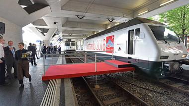 57 kilometrů, 12 miliard franků, několik lidských životů. Švýcaři otvírají nový div světa