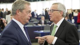 Nigel Farage v Evropském parlamentu hovoří s Jean-Claude Junckerem.