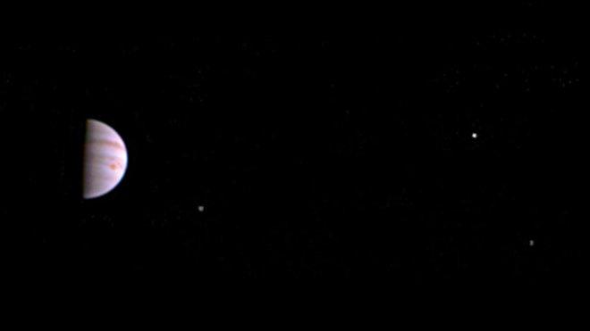 Sonda Juno poslala první fotografie Jupiteru a jeho měsíců