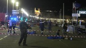Řidič vjel s nákladním autem do davu v Nice, zavraždil až 73 lidí (14.7.2016)