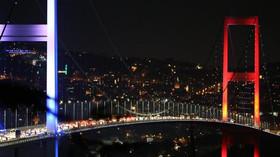 Turečtí vojáci blokují Bosporský most v Istanbulu (16.7.2016).