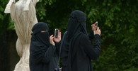 Podnapilá žena napadla skupinu zahalených muslimek. Padala hodně vulgární slova + VIDEO - anotační obrázek