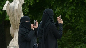 Podnapilá žena napadla skupinu zahalených muslimek. Padala hodně vulgární slova + VIDEO - anotační foto
