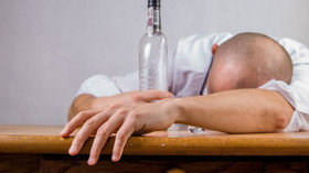 Alkoholu se sotva dotknete? I přesto se z vás mohou stát alkoholici, varují experti - anotační foto