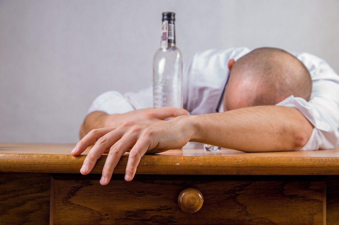 Jak se z lidí stávají alkoholici? Vědci našli překvapivou odpověď - anotační obrázek