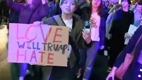 Lidé nespokojení s výhrou Donalda Trumpa vyrazili do ulic