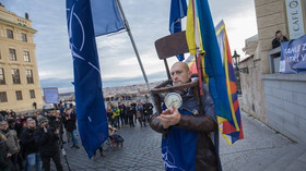 Demonstrace proti Miloši Zemanovi na Hradčanském náměstí (17. 11. 2016)