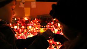 Česko slavilo 17. listopad. Prahou prošly demonstrace i satirický průvod masek