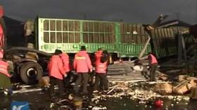 Na dálnici v Číně se srazily desítky aut. 17 mrtvých a 37 zraněných