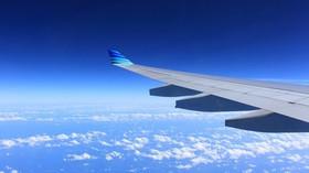 Proč nejsou všechna sedadla v letadle u oken a proč v sobě mají okýnka díry? - anotační foto