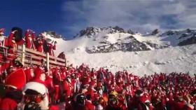 Na švýcarské sjezdovce lyžovalo 1200 Santa Clausů