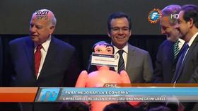 Chilský ministr pózoval s nafukovací pannou