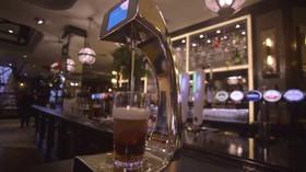 Konec čekání na pivo. Hospoda má samoobslužnou pípu s bezkontaktním placením